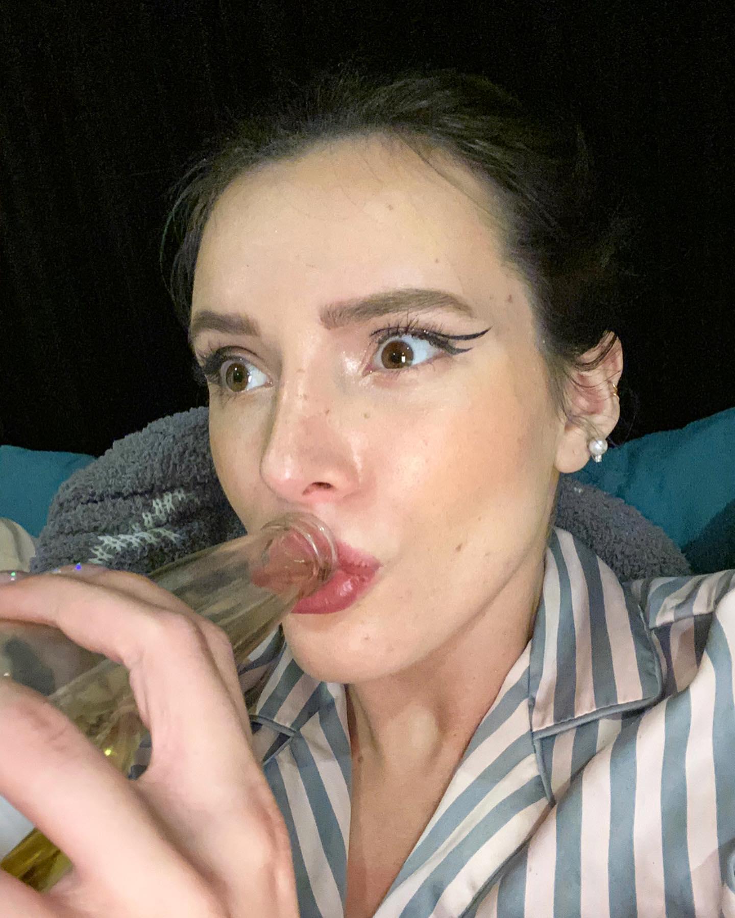 PHOTOS C?est l?heure de Corona pour Bella Thorne