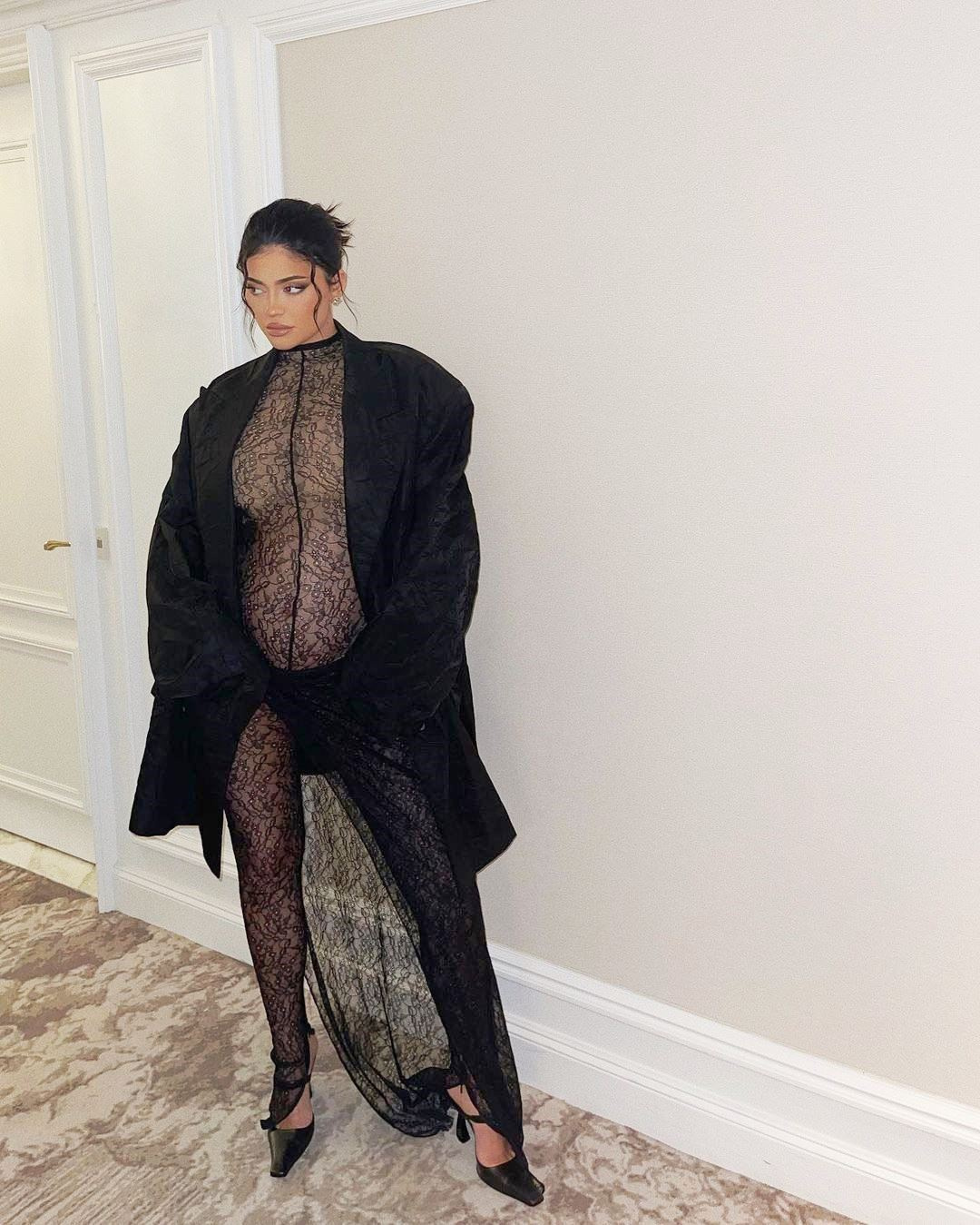 Kylie Jenner's Bump About Town! - Photo 7